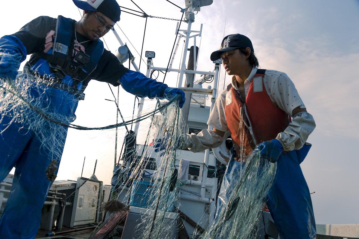 海上作業中の真剣漁師