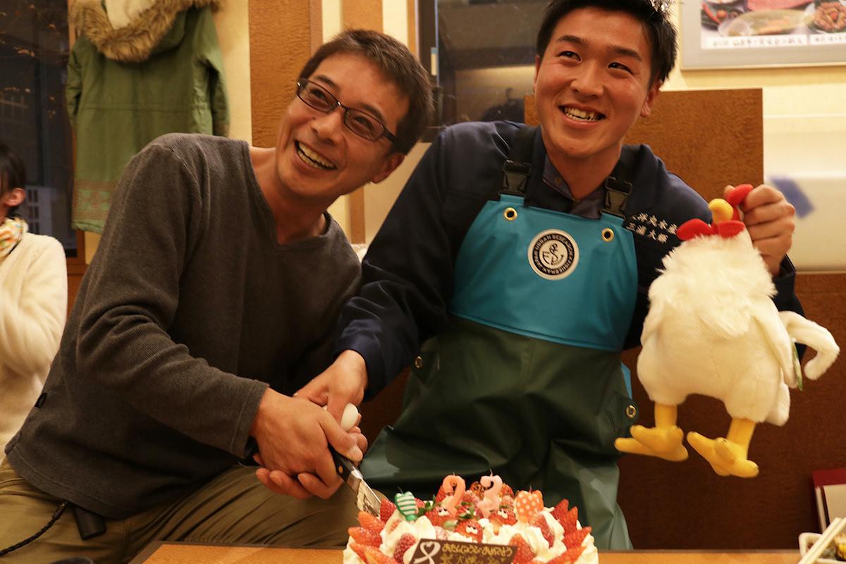 三浦さんの誕生日を祝う佐藤さん