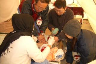 被災者を診療する日赤医師(パキスタン北部地震災害)