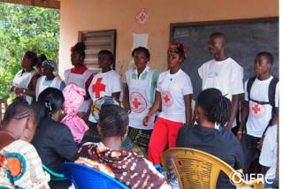 劇を使いエボラ出血熱の知識を普及するボランティア