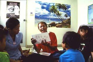 紙芝居を使った子どもへのエイズ教育(タイ)