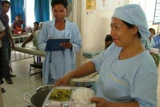 各病室をまわり、給食を配膳する調理員