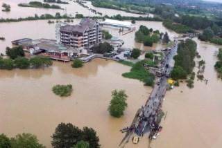セルビアの首都ベオグラードの南西約40キロ、冠水したオブレノバツの街(2014年5月17日撮影、同18日提供)。【AFP=時事】