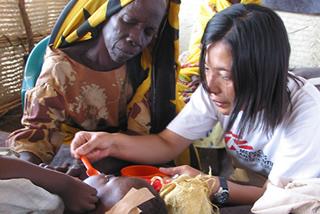 栄養失調児の治療にあたる看護師(スーダン/2004年)