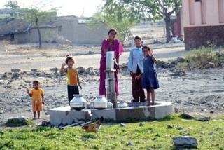 井戸が完成して喜ぶ家族(インド/2009年)