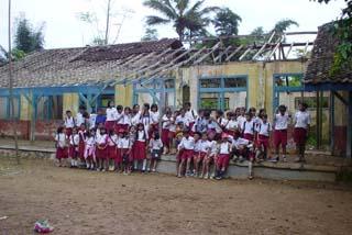 壊れた学校の改築や図書館の新設を行っている