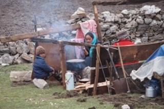 家が壊れ、テント生活をしている村人