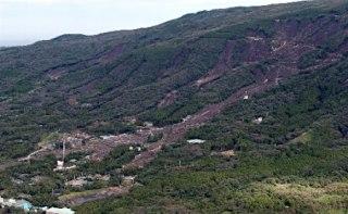 台風26号の影響で大規模な土砂崩れが発生した伊豆大島の山肌=16日午後、東京都大島町(時事通信ヘリより)【写真提供・時事通信】