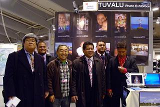 2009年コペンハーゲンでの地球温暖化防止国際会議、会議場内に設営された当団体のツバル国紹介ブース。ツバル国交渉の記念撮影の様子