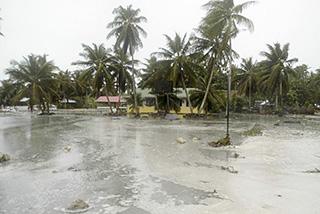 バイツプ環礁、海岸線から内陸部に流れ込む高潮の様子