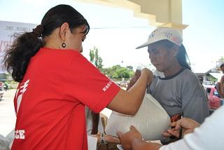 ニーズ調査に基づいた物資を調達し、一つのパックにして世帯ごとに配布します。※写真は2012年夏フィリピン台風支援にて