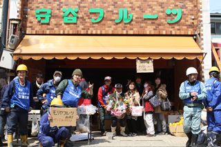 ボランティアによる数日間の泥かきと清掃の後、再開した老舗青果店「守谷フルーツ」。石巻市アイトピア通り商店街では震災後初の開店となった。(写真:Ueno Yoshinori)