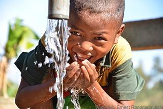 「以前は病気になるから水を飲むのが好きではなかったけど、今はもう水を飲むことを心配しなくてもよくなりました」と話す男の子(マダガスカル)