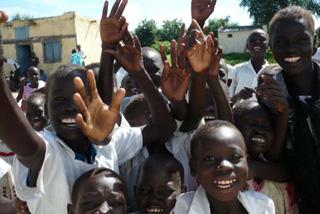 今までお腹を壊していた子どもたちも、衛生知識を学んで、校庭で元気に走り回れる!