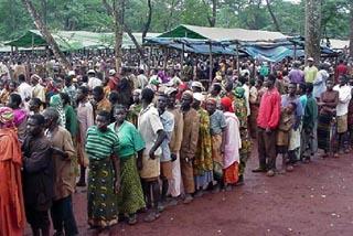 古着の配給に並ぶ難民の人たち