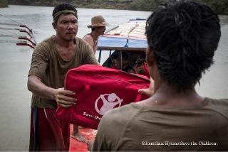 毛布やビニールシートなどの緊急支援物資の配布