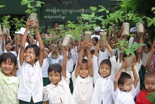 苗木を手にしてこれから植林(ミャンマー)