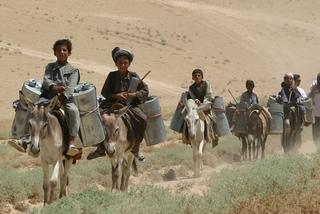 遠い井戸まで水を汲みに行く(アフガニスタン)