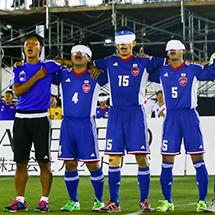 ブラインドサッカーは、視覚障害者が転がると音が出るボールを使い、声を頼りに敵や味方の位置を把握しゴールを目指すサッカーです。