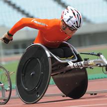 ソチパラリンピックバイアスロンの銅メダリスト・久保恒造は陸上に転向。車いすマラソンで世界の頂点を目指す。