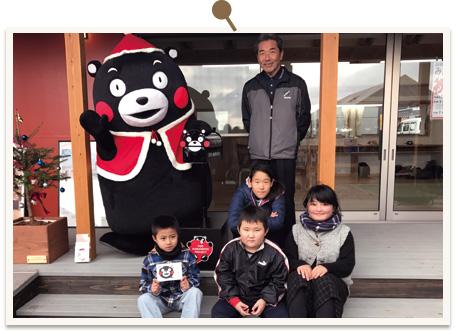 益城町小池島田団地で生活する子どもたちと記念撮影