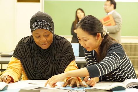 小学校入学を控えた親たちへのサポートプログラムには難民申請中の外国人も。