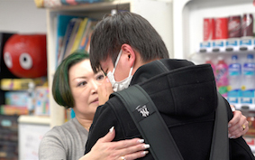 フォーン君を抱きしめ、励ますYSCグローバルスクールの講師たち。