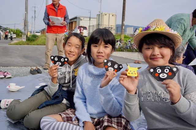 蘭愛さん(右)も、くまモンの折り紙に挑戦。意外と簡単でカワイイ。