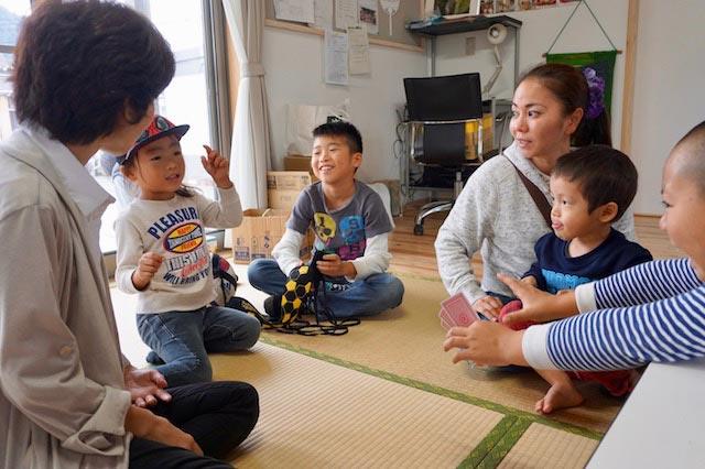 赤井仮設団地の集会所は、高村蓮(れん)くん(右から2人目)や年上の子どもたちの遊び声でにぎやか。