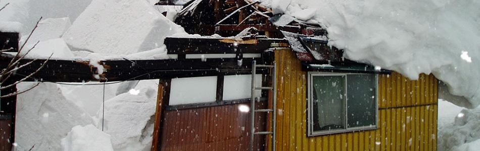 屋根に大雪が積もっている家