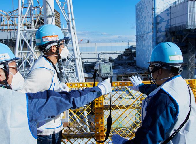 高台から原子炉建屋を見渡す