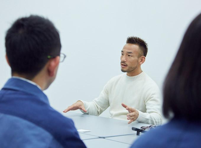 作業員から話しを聞く中田英寿