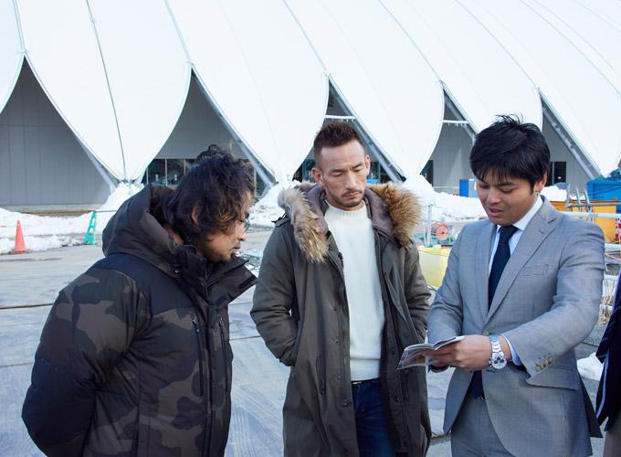 南郷市兵さん、飯塚哲夫さんと話す中田英寿