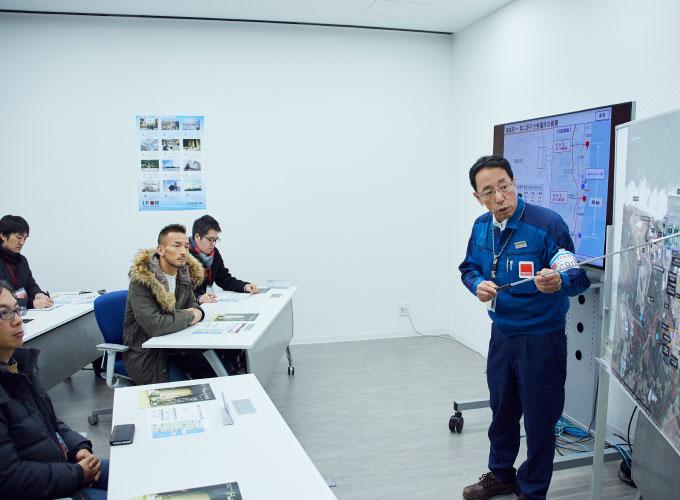 会議室で廃炉作業の進捗について説明を受ける中田英寿