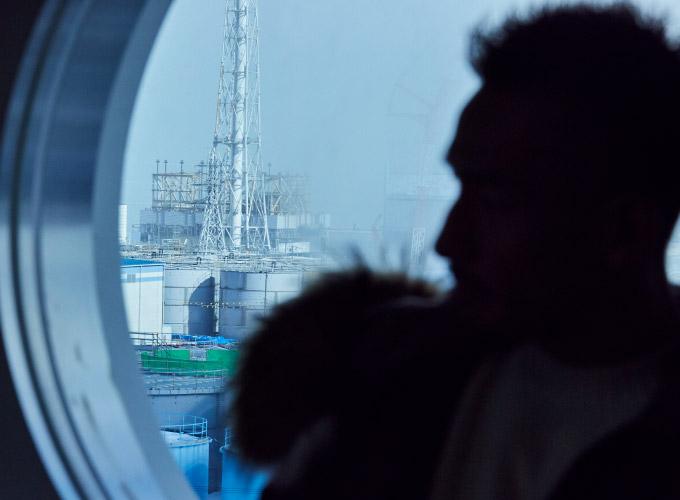 窓から発電所構内を見る中田英寿