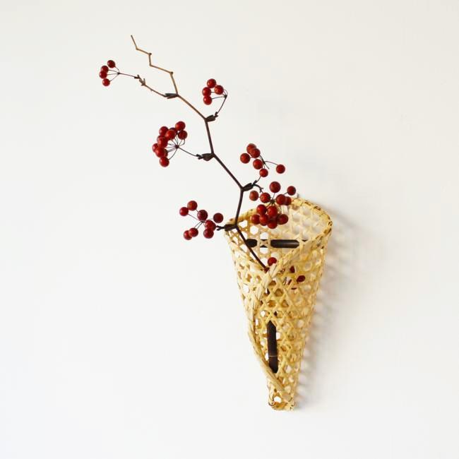 竹かごの一輪挿しの写真