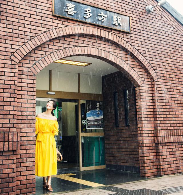 駅を背景にまりあさんの写真