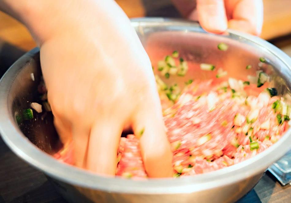 ひき肉と刻んた野菜を混ぜる