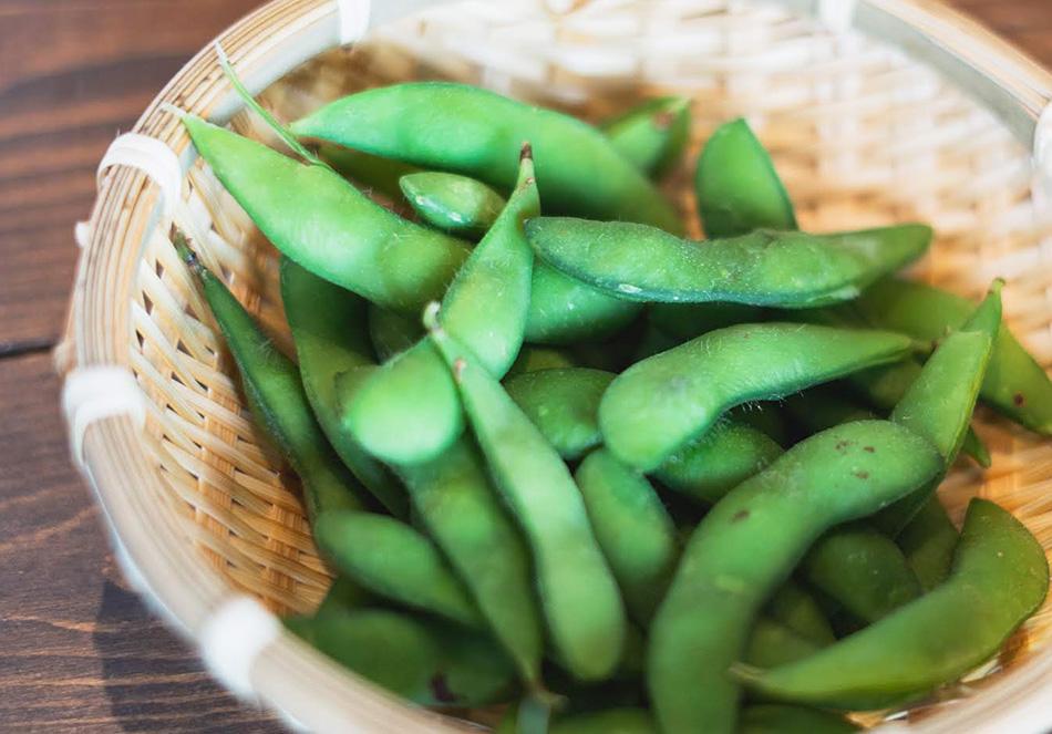 枝豆をさやごと4分程度ゆがき取り出す