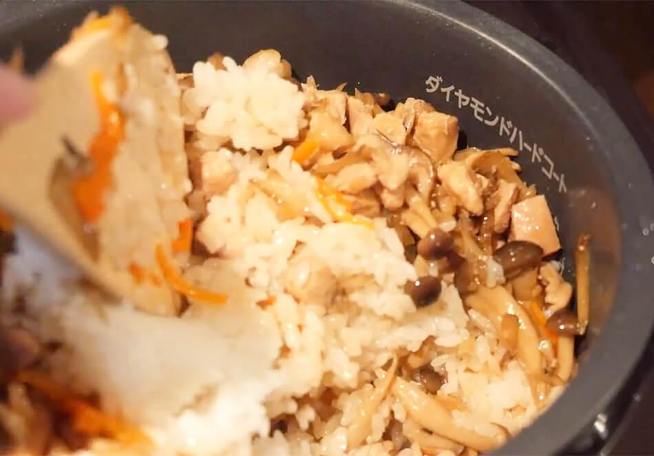ごはんが炊き上がったら、煮込んだ具材と煮汁を入れ、色づきがまんべんなくなるように、切るように全体を混ぜる。炊飯器の再加熱、または、(再加熱モードがない場合は)炊飯を再度押し、蒸らし終わったらできあがり。