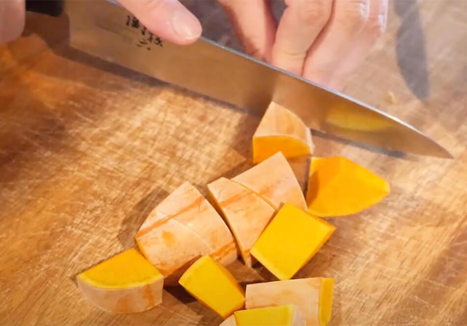 カボチャを3cm程度の乱切りに、レンコンは、2cm程度の輪切りにする。普通サイズの大きいパプリカを使う場合は、乱切りにする