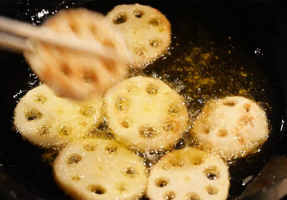 160℃くらいの温度の米油で野菜をからりと揚げる