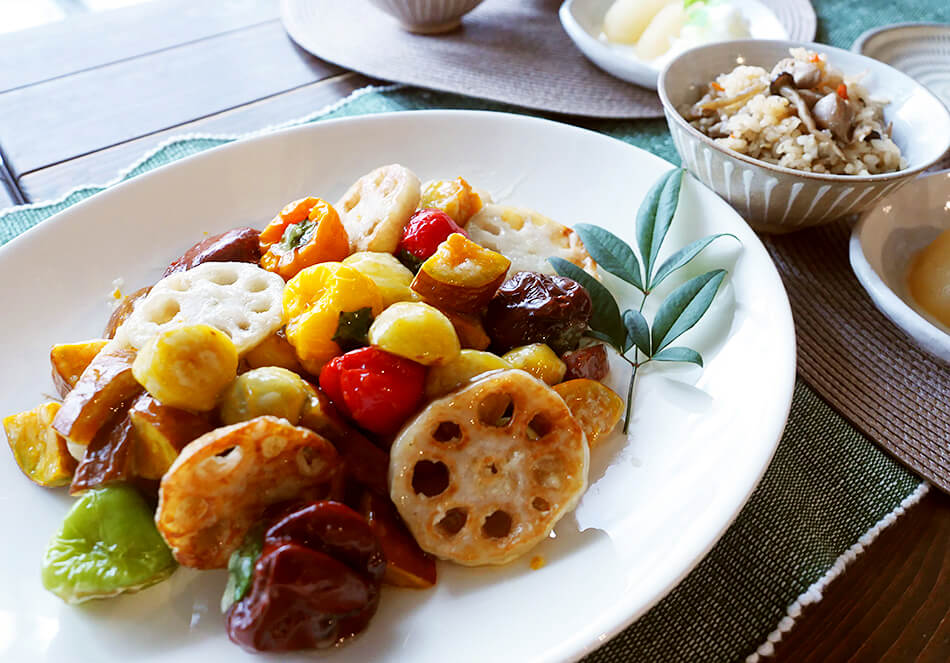 オーガニックな秋の食卓。<br>うまみが濃い地鶏ごはんと栗・秋野菜の甘酢あんの写真