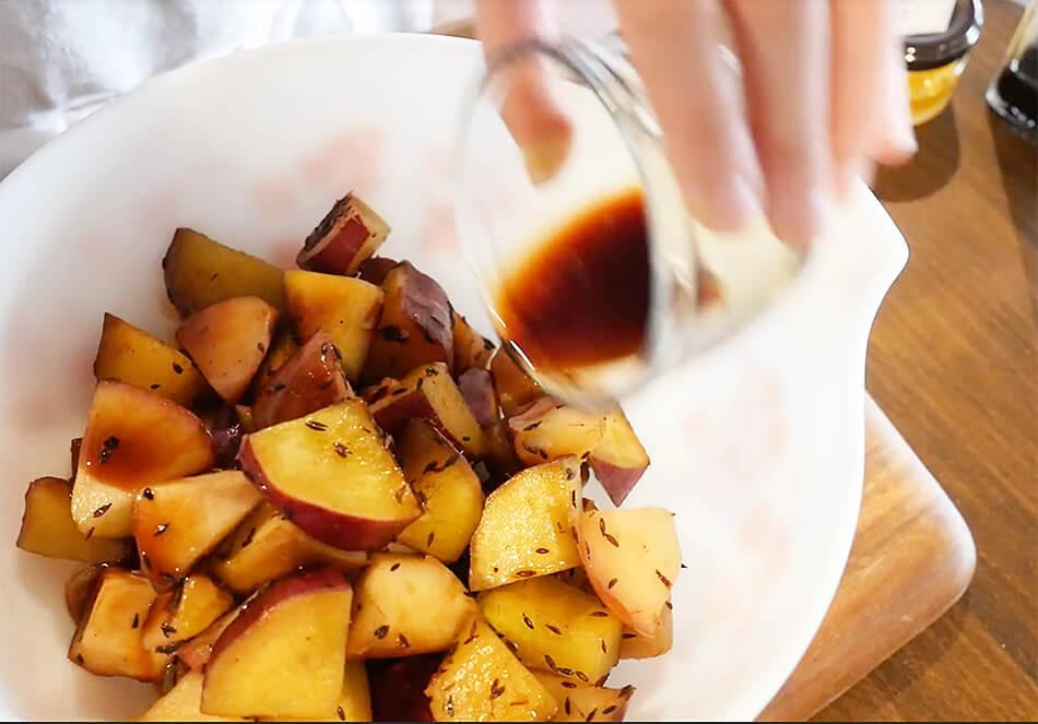 器にバルサミコ酢、塩、はちみつを入れよく混ぜ、さつまいもとりんごと和えたらできあがり
