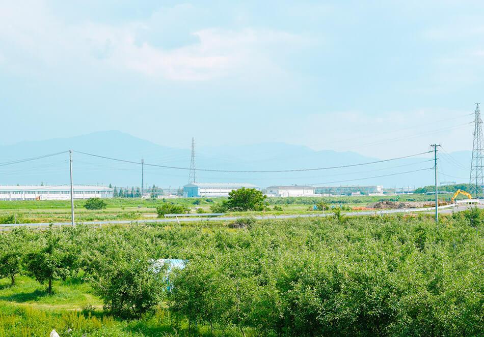 奥に見えるのは、北陸新幹線の車両庫