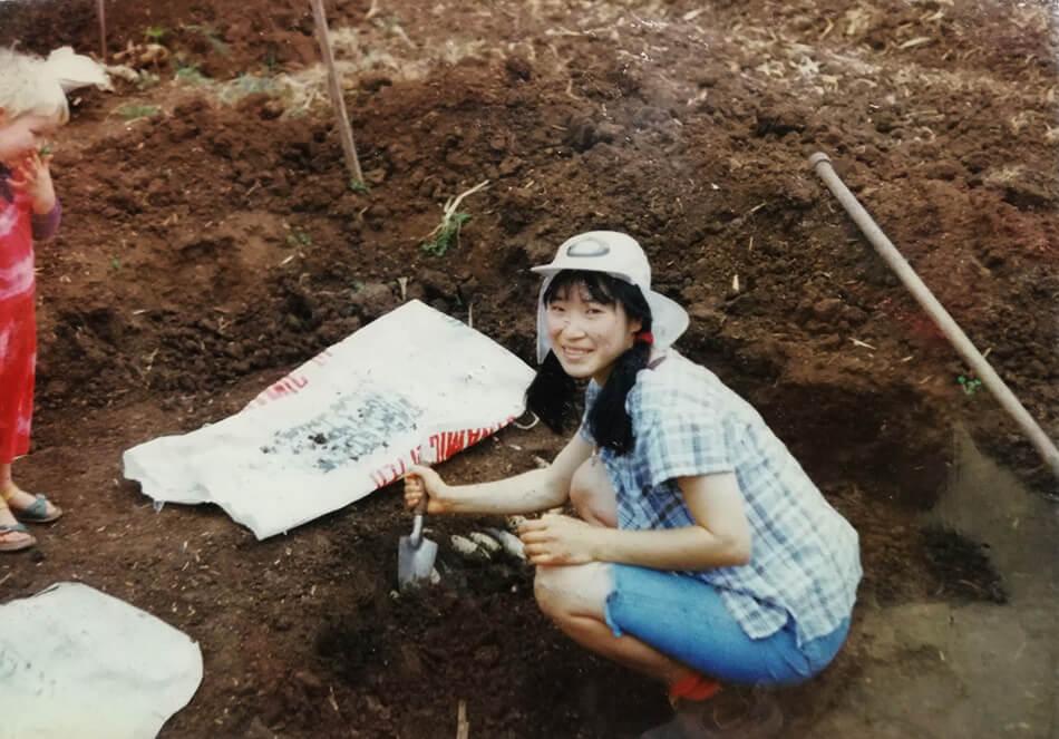 雅子さんが大学時代に体験したwwoofでの風景。調合剤500番を掘り出しているところ