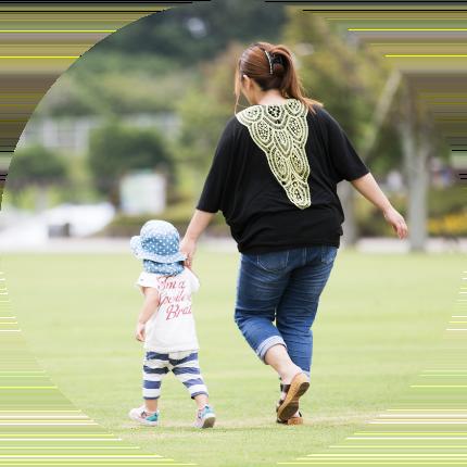 画像:芝生で遊ぶ子供とお母さん