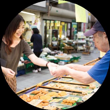 画像:黄金広場で買い物をする相川さん