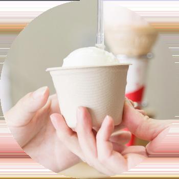 画像:手渡されるアイスクリーム