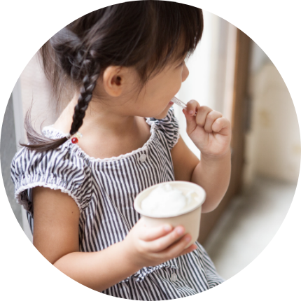 画像:アイスクリームを食べる女の子